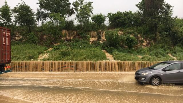Überfluteter Autobahnabschnitt bei Augst