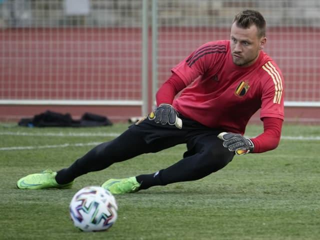 Simon Mignolet hält im Training einen Ball.