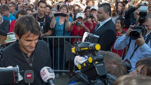 Roger Federer vor Menschenmenge