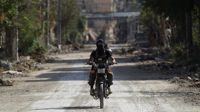 Ein Kämpfer der Jabhat al-Nusra fährt auf einem Motorrad.