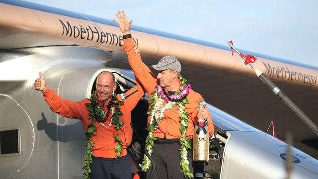Betrand Piccard und André Borschberg feiern ihre Ankunft auf Hawaii.
