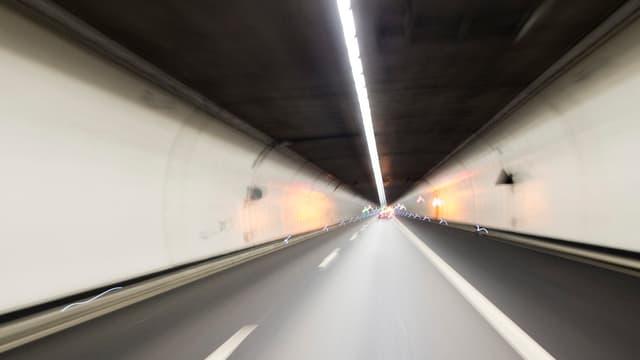 Blick in einen Autobahn-Tunnel