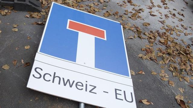 tavla cun ils simbol d'ina via tschorva, suten statti scrit Svizra - UE