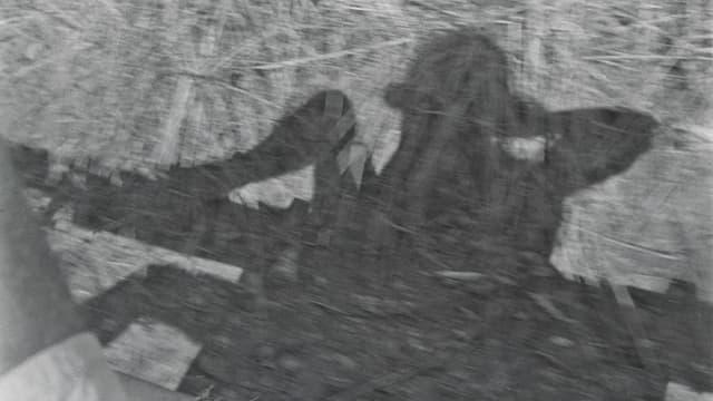 Ein Schwarzweissfoto, das den Schatten eines Mannes zeigt.