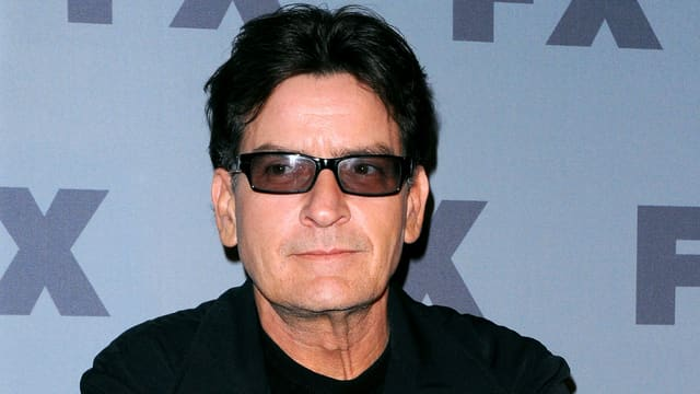 Portrait von Charlie Sheen mit dunkler Sonnenbrille.