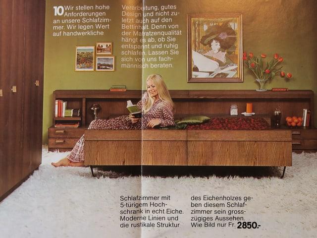 Eine Frau sitzt auf einem braunen Bett und liest.