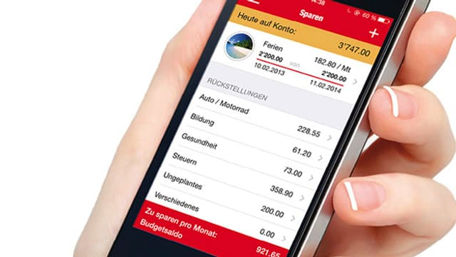 Eine Hand hält ein Smartphone, auf dem Bildschirm ist die App zu sehen.