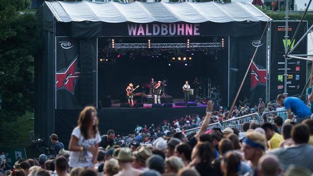 Die Berner Gruppe Stiller Has spielt auf der Waldbühne des Gurtenfestivals vor vielen Leuten.