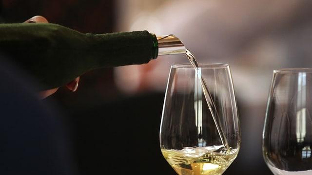 Wein wird eingeschenkt.