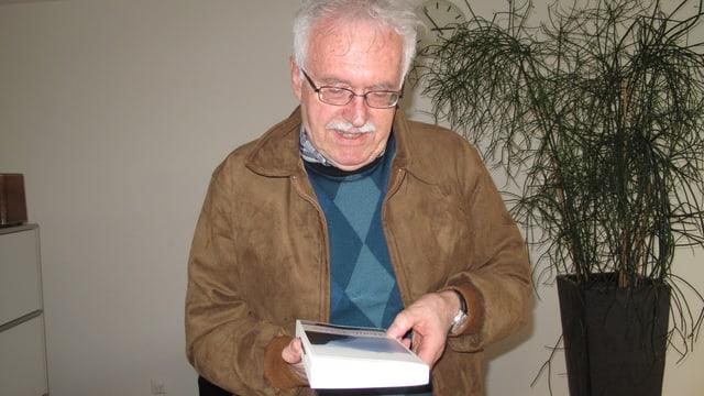 Der Schriftsteller Peter Beutler mit seinem Krimi «Hohle Gasse».