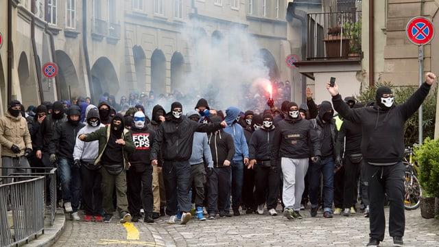 Eine Gruppe vermummter Gestalten in der Altstadt von Bern