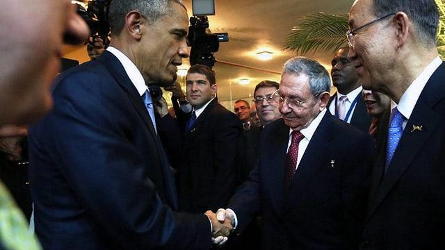 Barack Obama e Raúl Castro dattan il maun.