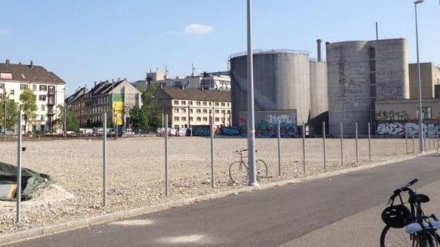 Blick auf ein leeres Schotterfeld beim Rheinhafen