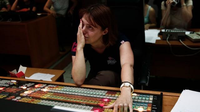 Eine ERT-Angestellte weint im Regie-Raum.
