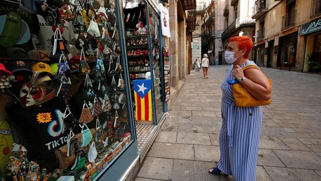 Frau mit Maske in Barcelona