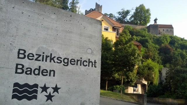 Aufschrift des Bezirksgerichts Baden beim Eingang.