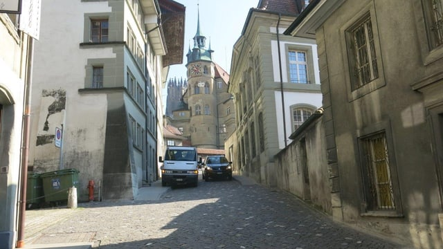 Eine Strasse mit einer Kathedrale im Hintergrund.