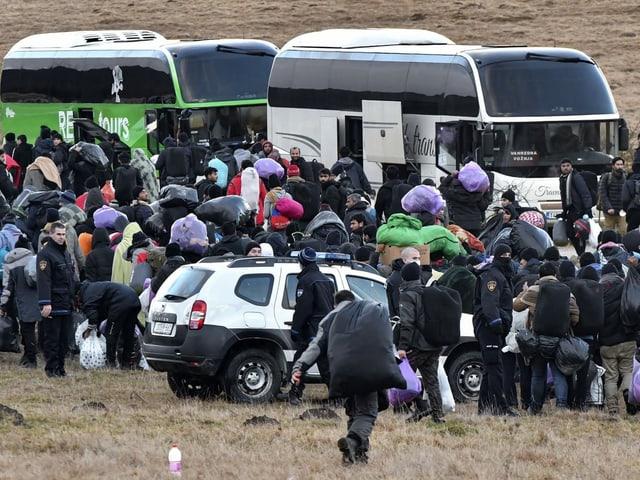 Busse mit vielen Menschen