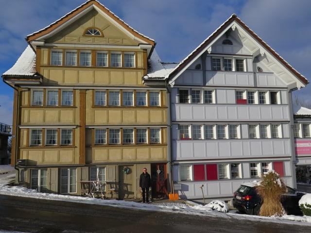 Ein Doppelhaus mit einer Türe