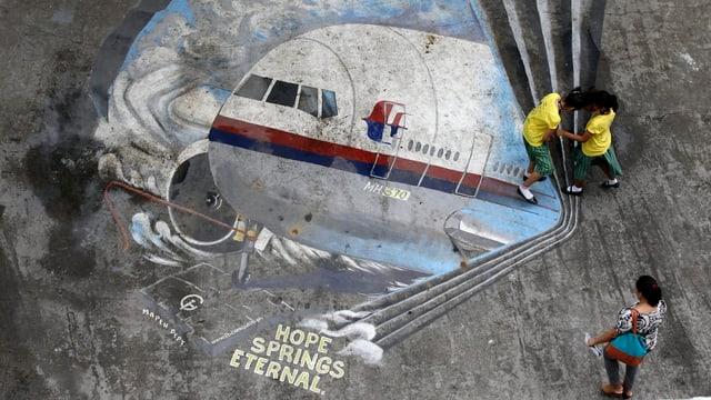 Purtret d'in maletg che mussa l'aviun MH 370 sin ina via a Malaysia.