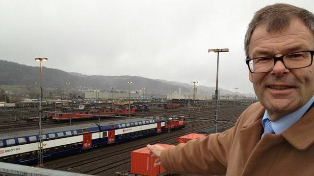 Links im Hintergrund der Rangierbahnhof, rechts im Vordergrund Gemeindepräsident Otto Müller mit schwarzer Brille.
