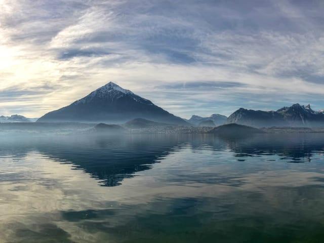 See, Berge und ganz viele hohe Wolken