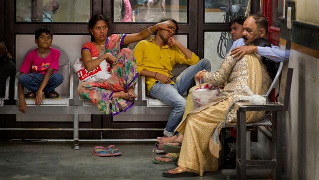 Pazients da malaria spetgan cun auta fevra en la sala da spetga d'in ospital a New Dehli.