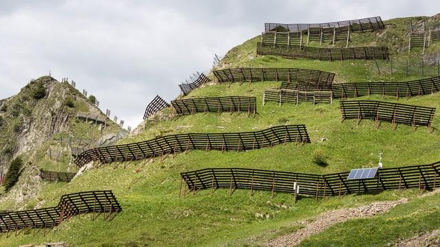 Rempars da lavinas al Chüenihorn.