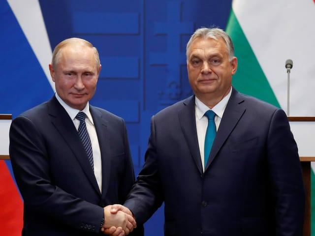 Vladimir Putin und Viktor Orban beim Händeschütteln