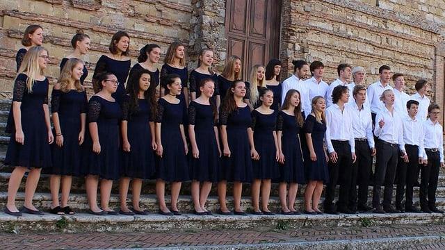 Junge Sängerinnen und Sänger auf einer Treppe.