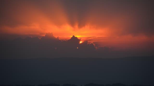 Am heissesten Tag des Jahres gab es teilweise Sonnenschein bis zum Sonnenuntergang, wie hier in Rämis.
