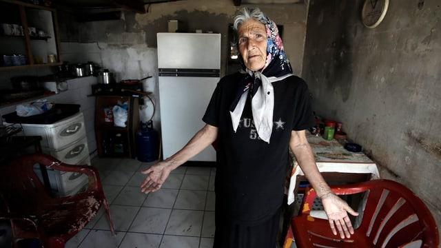 Eine griechische Rentnerin in ihrer bescheidenen Behausung.