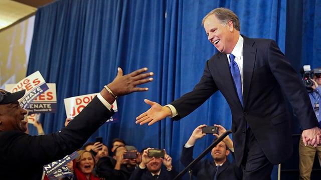 Doug Jones schüttelt Hand eines Unterstützers.