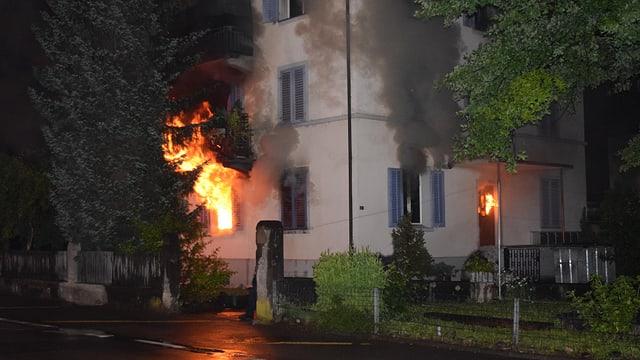 Der Brand in Sursee: Flammen lodern aus dem Fenster.