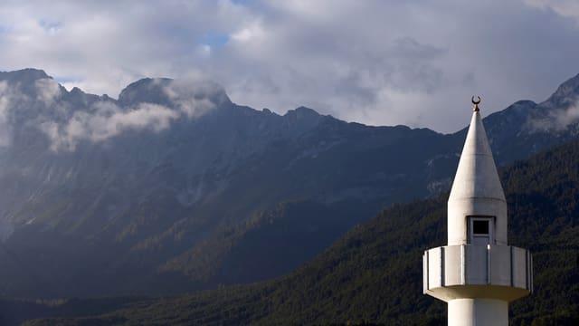 Minarett einer Moschee vor einer Bergkette in Telfs im österreichischen Bundesland Tirol.