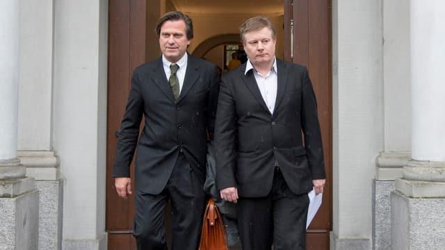 Ignaz Walker und sein Anwalt verlassen das Rathaus in Altdorf.