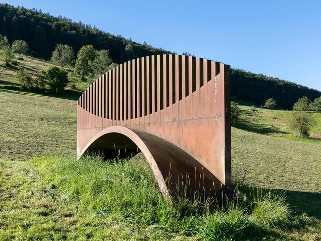 Eine Skulptur steht mitten in der Landschaft.
