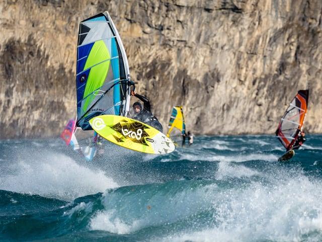 Windsurfer über der Welle.