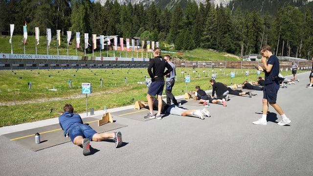 Giuvens ciclists en l'arena da biatlon a Lantsch