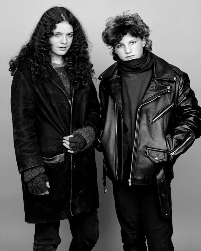 Eine junge Frau mit langen schwarzen Locken, daneben ein junger Mann mit Lederjacke.