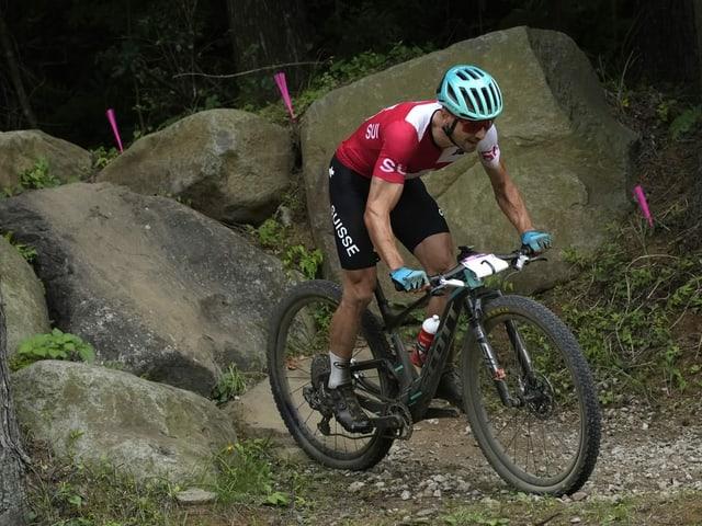 Nino Schurter fährt auf seinem Bike einen Wettkampf.