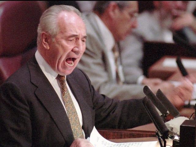 Peres spricht im Parlament