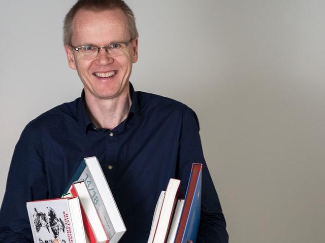 Mann hält Bücher