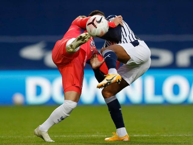 Chelseas Neuzugang Timo Werner (l.) und West Bromwichs Darnell Furlong strecken die Köpfe zusammen.