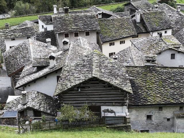 Kleine Häuser mit Steindächern.