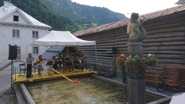 La tribuna a Valendau è bajegiada sur ina part da la fontauna enconuschenta.