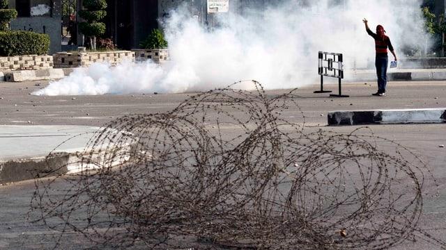 Person in Tränengasschwaden.