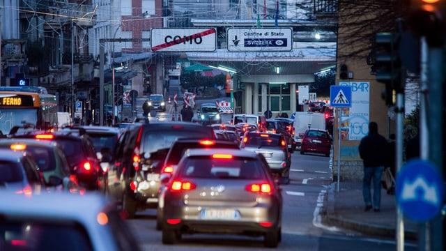 colonnas dad autos avant il cunfin svizzer