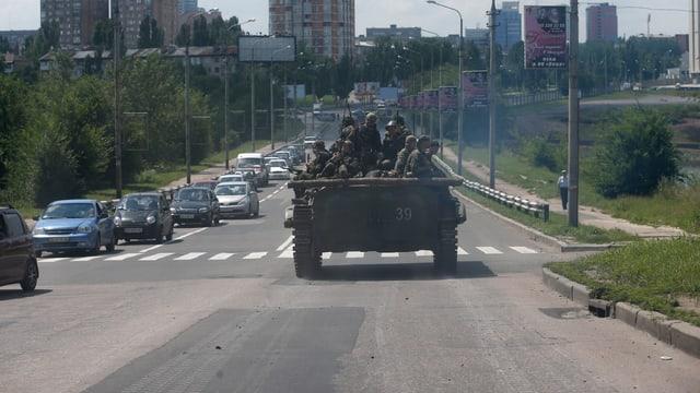 Panzer fährt durch die Stadt