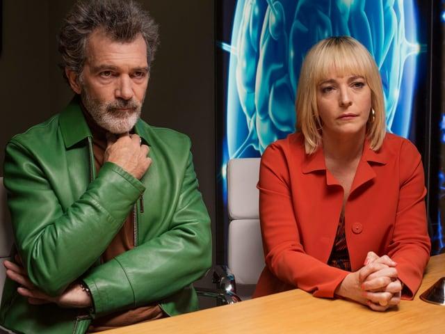 Antonio Banderas und Cecilia Roth sitzen an einem Tisch.
